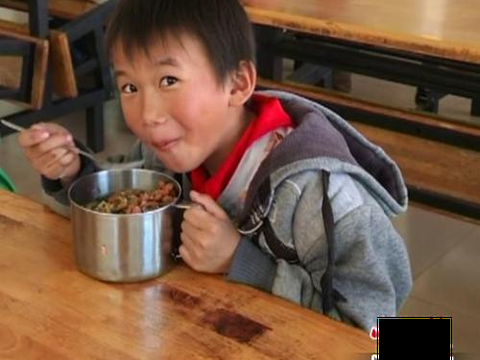 小学生倒掉营养餐:将学校剩餐打包回家,该是厉行节约新倡导