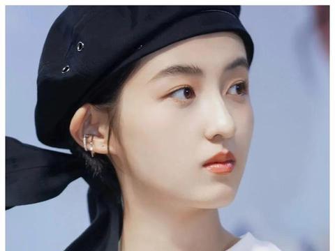 女大十八变,张子枫戴飘带贝雷帽现身活动,像极了动漫中的女主角