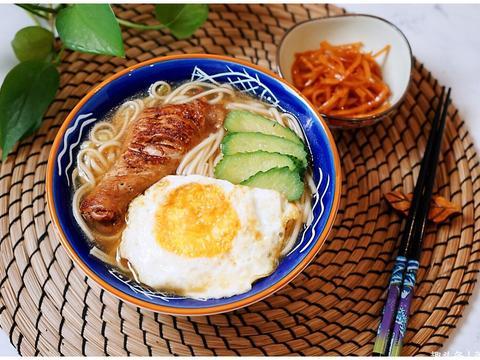 煎蛋鸡腿面,营养丰富好吃,做法简单
