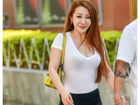 白T恤搭配黑色休闲裤,时尚精致,符合自身的气质