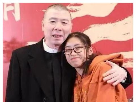 冯小刚的女儿长大了,穿卫衣戴眼镜少女十足,笑起来时神似老爸