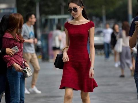 枣红色连衣裙颇具古典优雅之美,小辫子增加了几分色彩