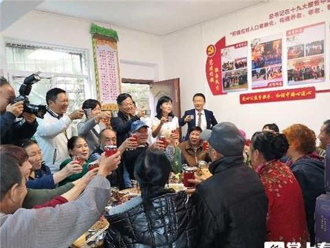 暖心迎双节 五华区虹山中路社区为孤寡老人做温馨团圆饭