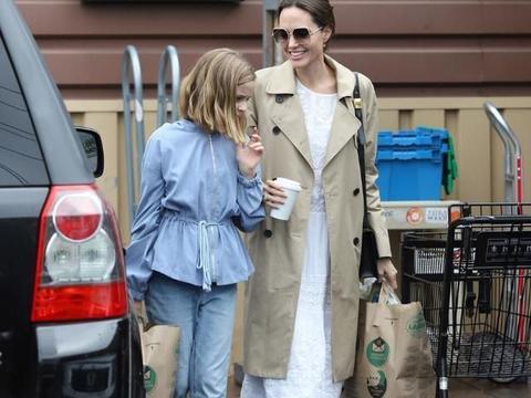 安吉丽娜朱莉颜值好稳定,穿风衣配长裙,靠着女儿年轻气质也不输