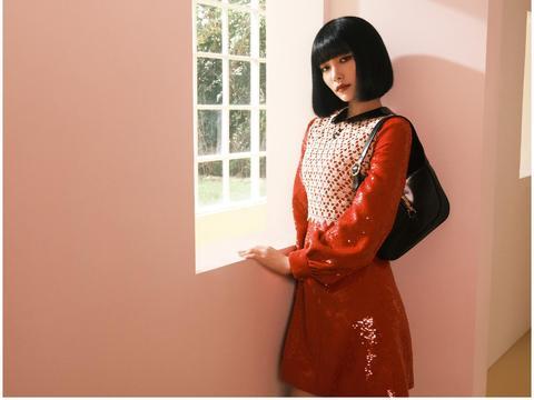 The9成员许佳琪晒新造型,内衣外穿大秀身材,羽毛袖前卫时尚