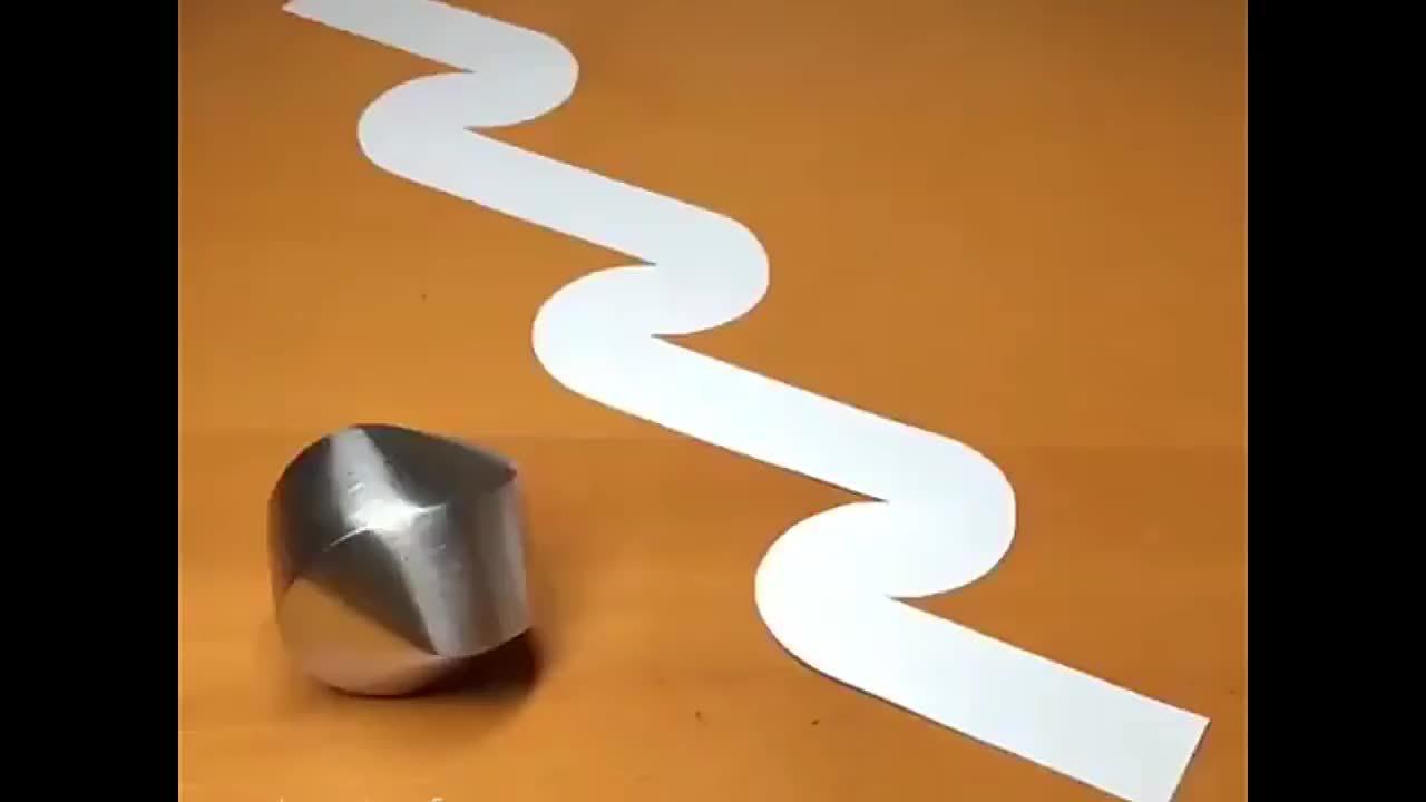 无论怎么滚,此物体都会遵循纸片的轨迹,这是什么原理?