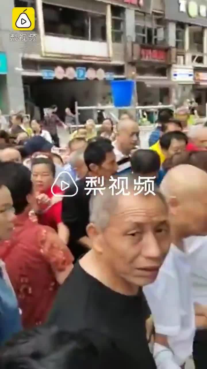 重庆一女子买菜疑似用假币,被全场商贩围堵后竟当众吞掉