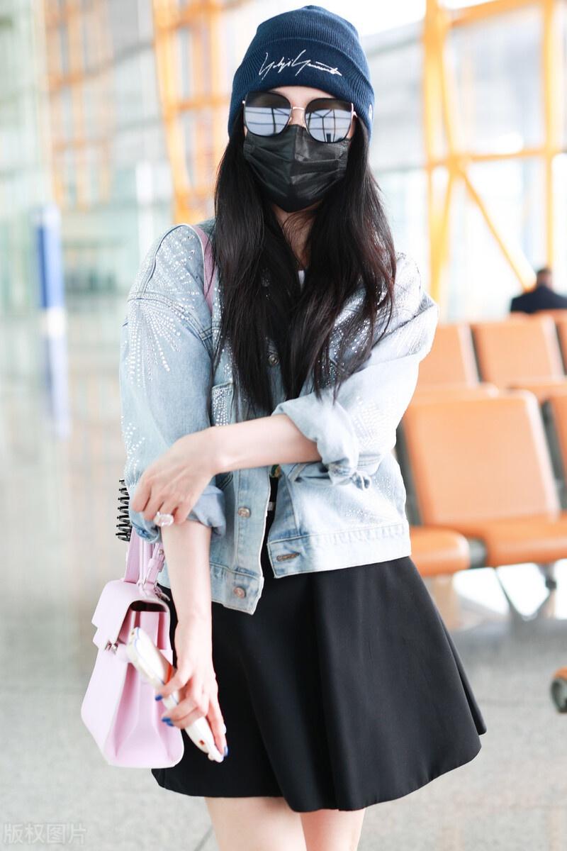 范冰冰百褶裙搭牛仔外套现身机场,青春靓丽,只是腰部太显粗壮