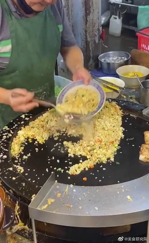用30个鸡蛋做蛋炒饭,结果老板放了26个!只给一碗是认真的?