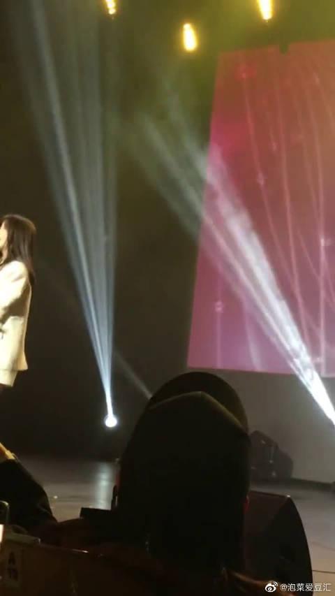 李知恩舞台表演 李知恩太可爱了吧 喜欢这样的她吗?