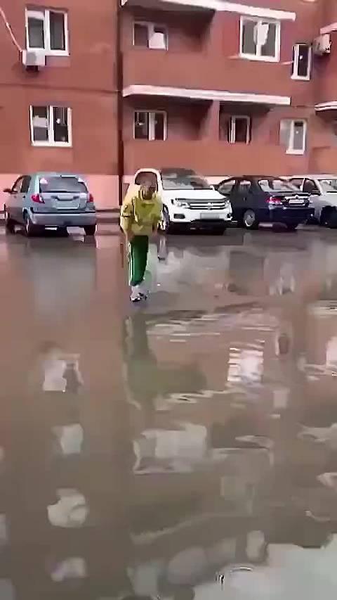 这样过马路鞋子就不会湿了