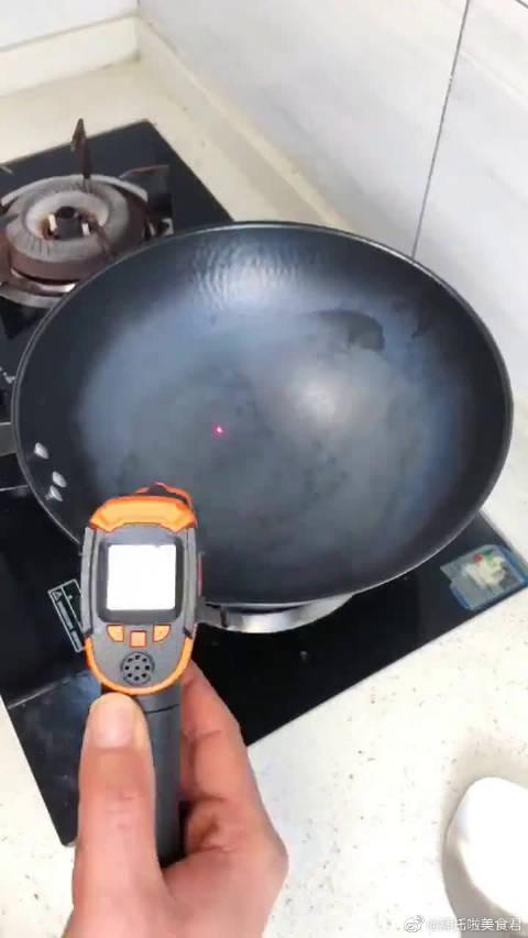 鸡蛋粘不粘锅,全看锅加热的温度……