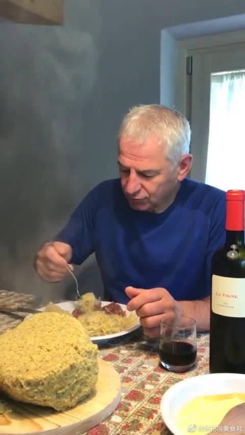 吃点玉米糊,倒一杯红酒,这就是国外老人最简单的晚餐