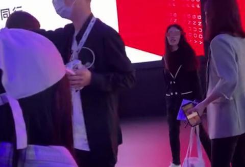 北京车展黑衣女子大闹吉利展台,工作人员黑布包裹带离现场