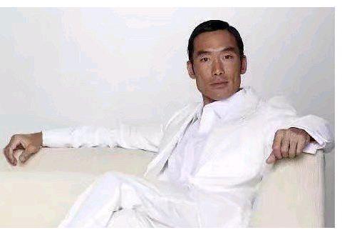 56岁郑浩南罕曝近照,抉择之下成就周润发,吐槽小鲜肉显真性情