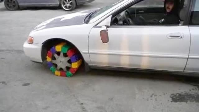 装上用乐高积木做成的轮胎,这样的改装车到底能跑多远