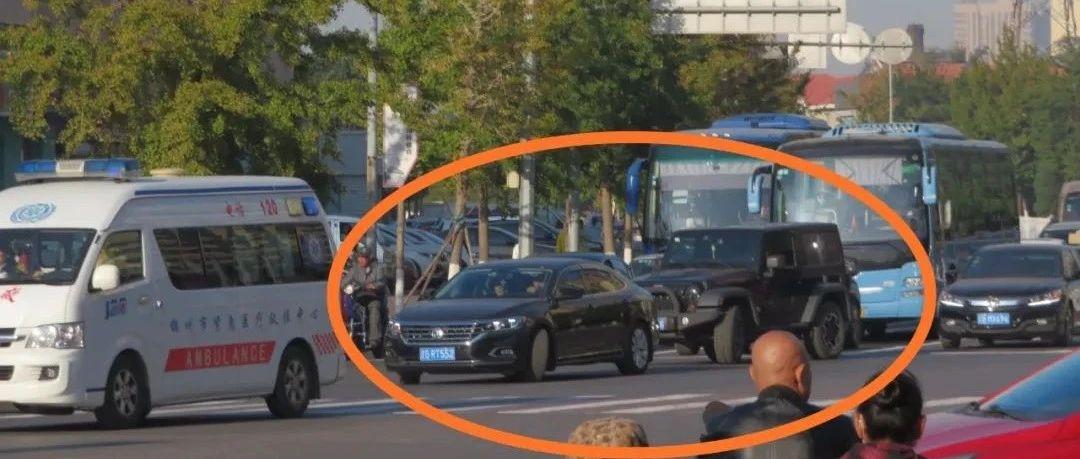 在交警队门前闯红灯,锦州俩司机没被罚反被赞,为啥~