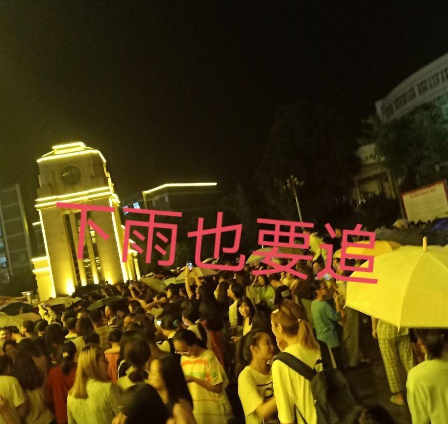 马思纯现身西华师范拍戏,工作人员衣服是亮点,与王俊凯合作是真