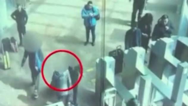 去年3月,北京西站二层进站口,王女士在闸机处逆行……