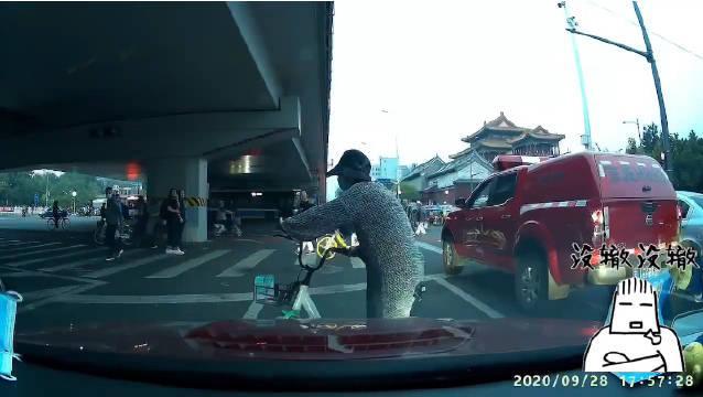 自网友:雍和宫桥,左转弯还绿灯呢,就这么多人横穿马路……