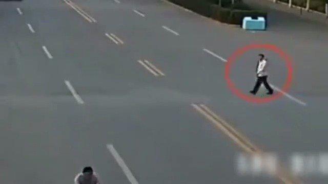 男子横穿马路被摩托男撞后,结果摩托男却又被货车碾压!!!