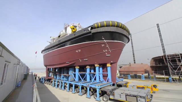 造船厂造好的新船,是怎么运到港口的?这一路上真是费大劲了