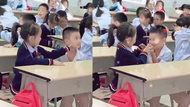 超甜!一年级小豆丁课间在座位上嬉戏老师经过教室拍下可爱一幕