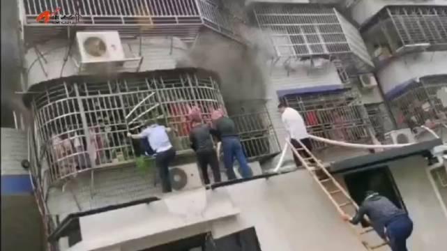 面对熊熊烈火,社区民警郑杰破窗而入救援群众……