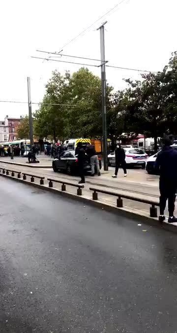 法国圣丹尼斯持刀袭警 嫌犯后被警察开枪击伤