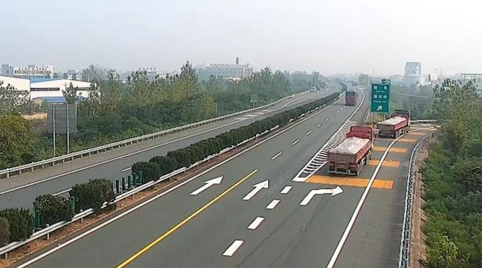 相约同行的两辆货车高速追尾,交警:前车减速后车避让不及