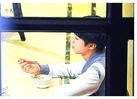 明星拿筷子姿势:王一博自然,乔欣奇怪,看到张艺兴:加强练习
