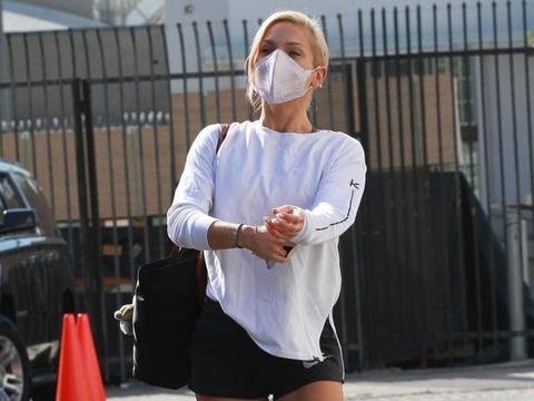 女星莎娜·伯吉斯现身洛杉矶街头,她有着独特的魅力