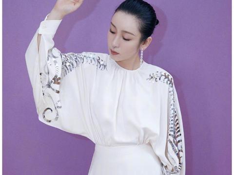秦海璐喜获飞天奖,白色礼服裙上绣羊角,华丽中一丝俏皮超减龄