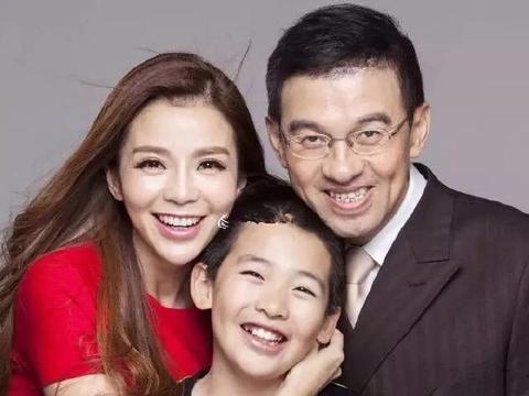 央视美女主播朱迅,全家福照片曝光,儿子16岁和妈妈一般高了!