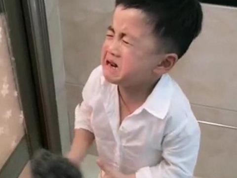 4岁儿子想帮爸爸搓澡遭拒绝,看清儿子手中工具,妈妈:被拒不冤