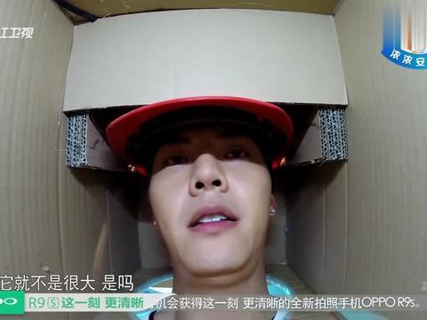 陈伟霆在水箱里摸到凉皮,一不小心扯断了,吓的赶紧扔回水里!