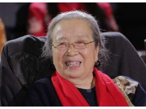 """""""容嬷嬷""""现身公交站,84岁仍精神饱满,偶遇路人合影也来者不拒"""