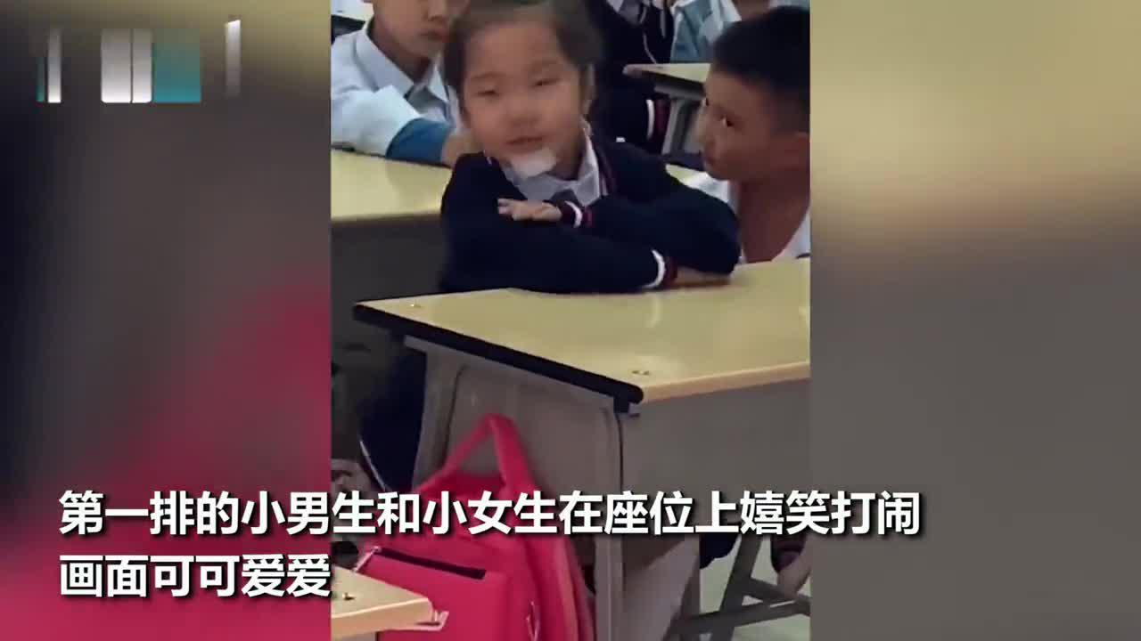 超甜!一年级小豆丁课间在座位上嬉戏 老师经过教室拍下可爱一幕