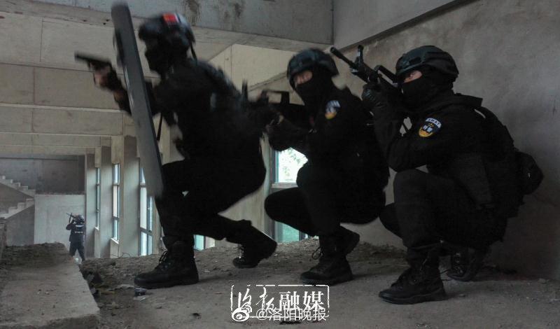 河南5个城市的特警齐聚洛阳进行应急演练