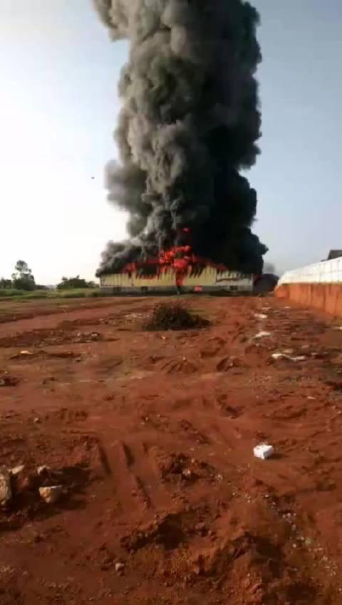 玉林一沙发厂发生大火厂房被烧毁