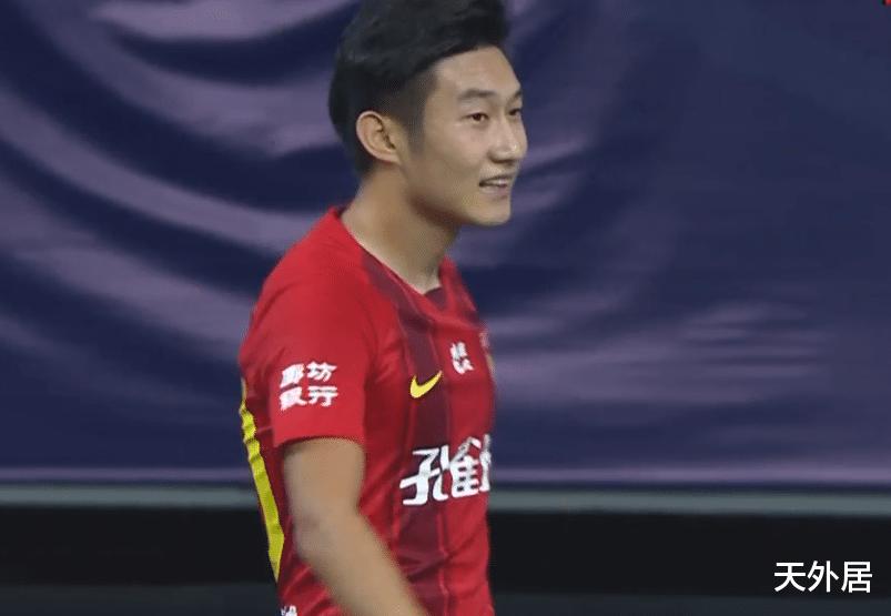 中国小将变身罗纳尔多!中场带球连过数人轰世界波,铲都铲不到