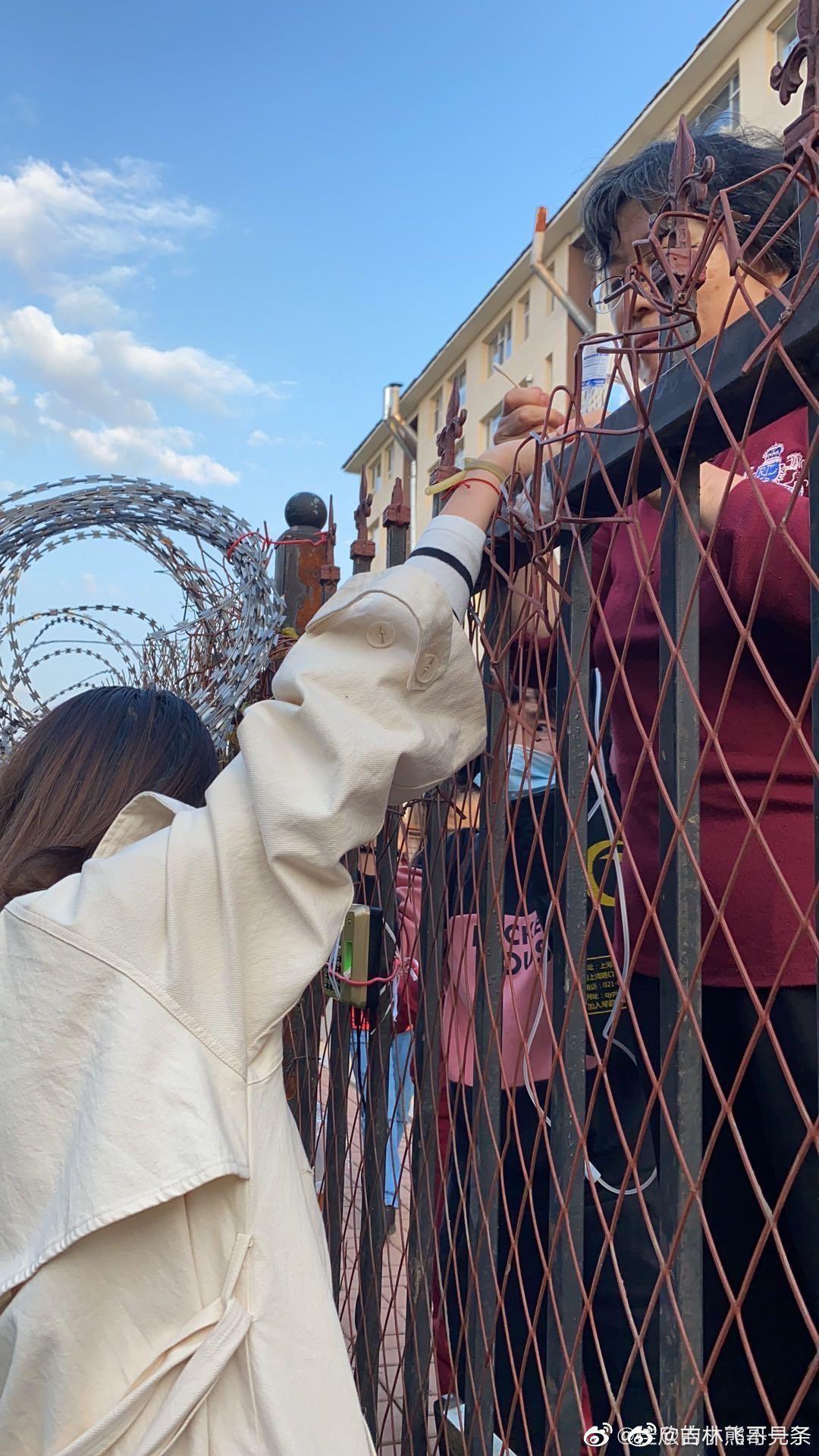 坐标:吉林农业科技学院,学生隔着栅栏打吊瓶……
