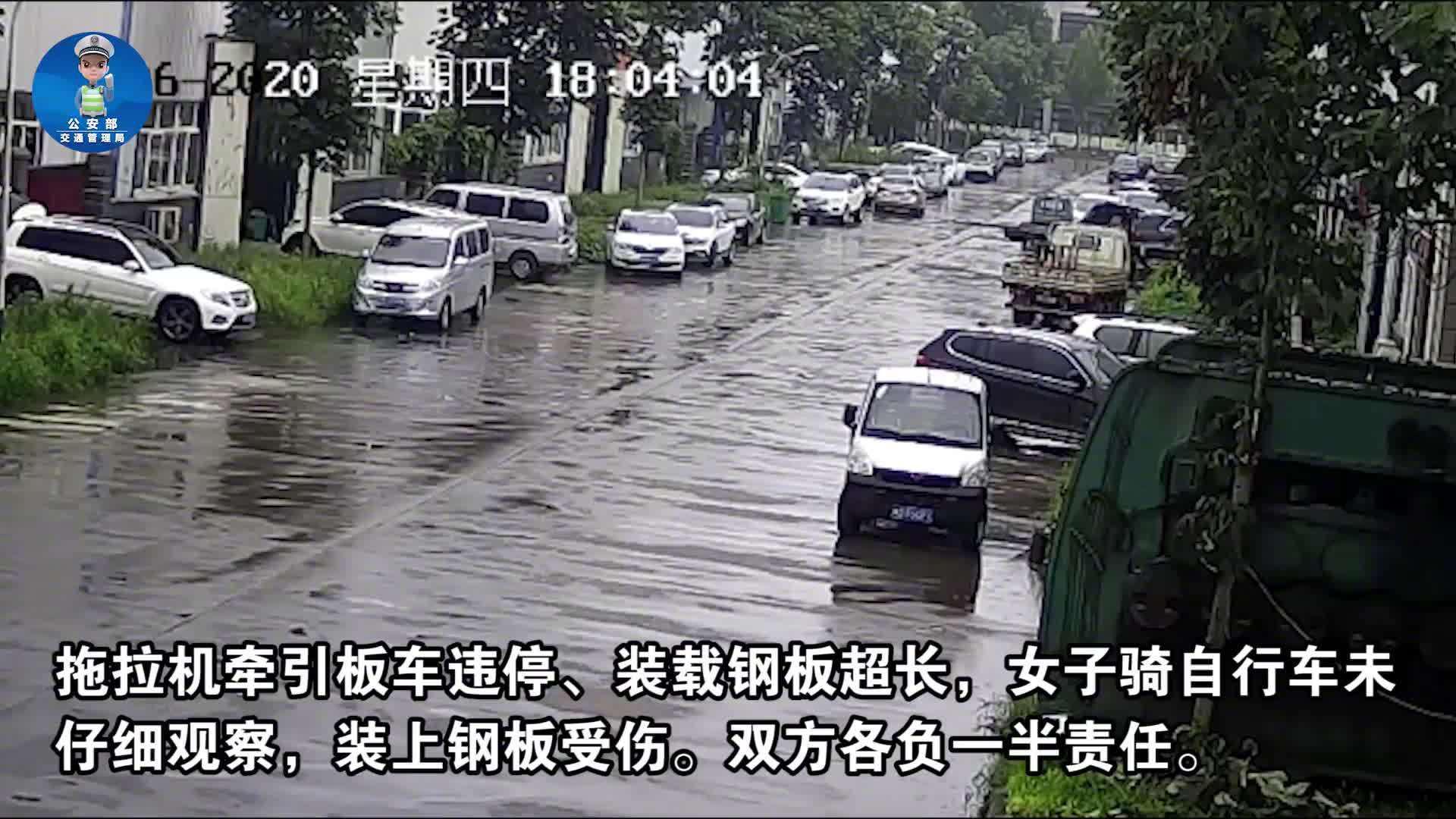 当雨天骑车不注意观察,遇上拖拉机超长装载钢板……