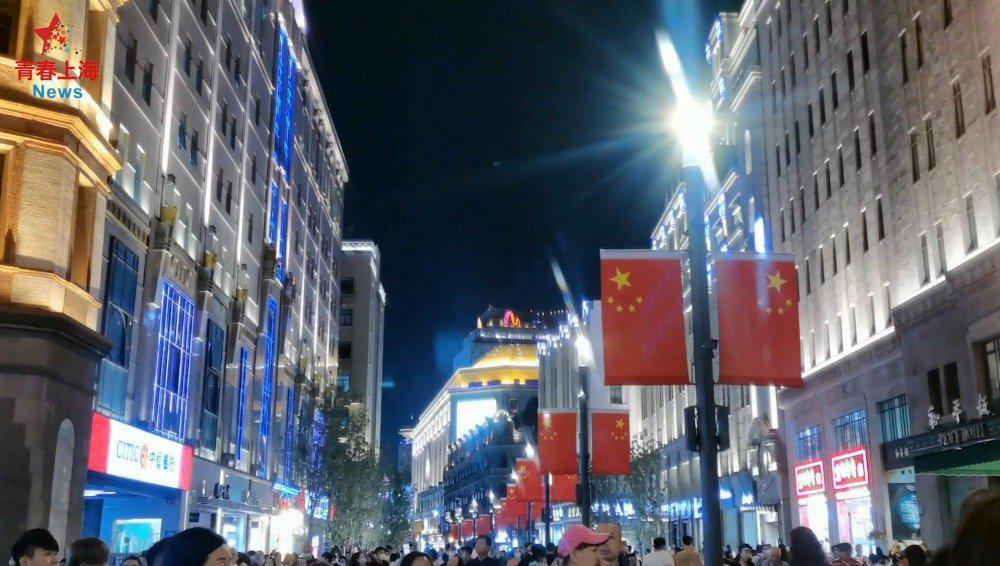 等放假!国庆将至,上海的不少马路边都悬挂起鲜艳的五星红旗……
