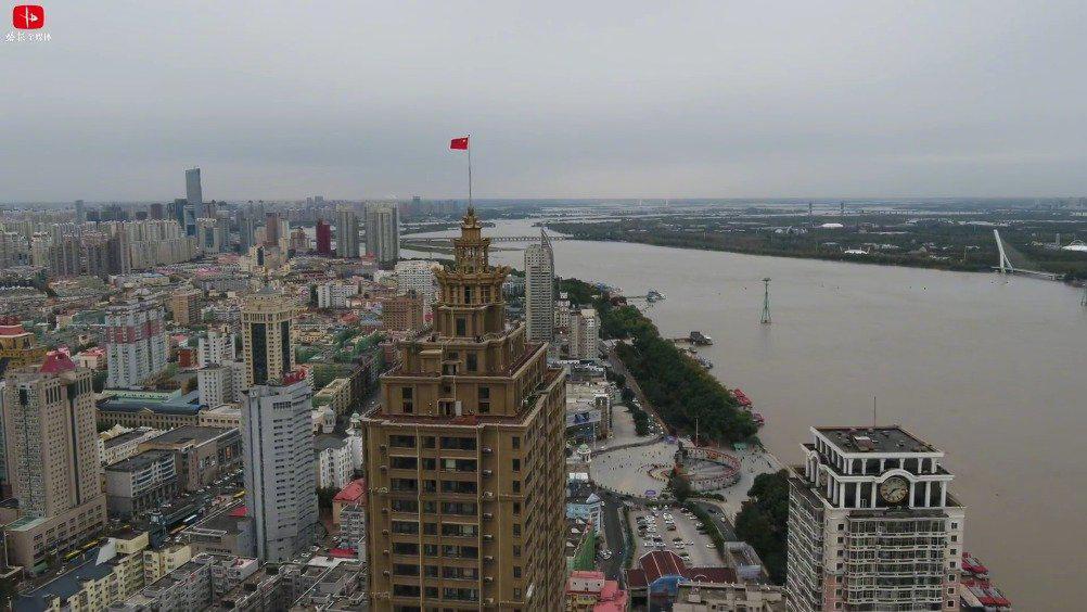 看到热泪盈眶!哈尔滨第一高住宅升起五星红旗! (镜界乐享)