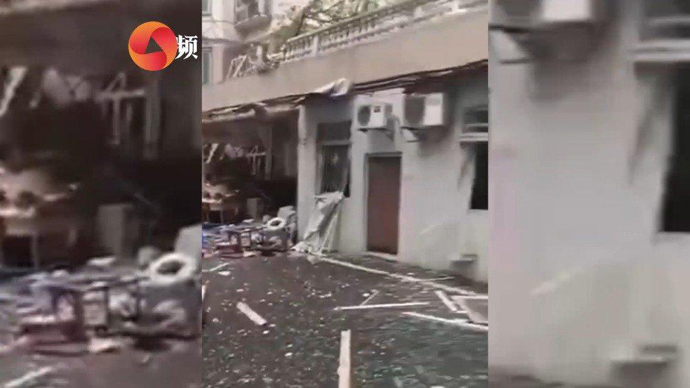 武汉一门面发生气爆 致两人受伤 目击者:墙体坍塌 连车都炸翻了