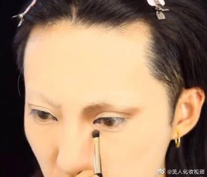 小哥的化妆技术真的太牛了,把自己画成了名画蒙娜丽莎!!