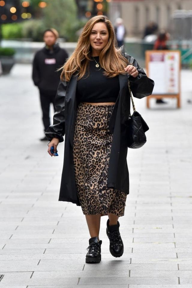 女星凯莉·布鲁克伦敦街头优雅拍照,她的笑容很迷人