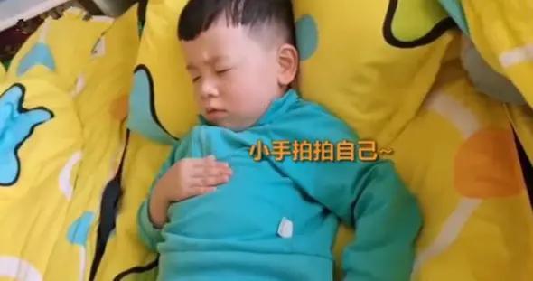 男宝第一次上幼儿园,午睡时自己哄自己,有教养的孩子谁不爱?