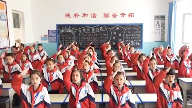 新疆四年级小学生手势舞为祖国庆生 人齐心更齐 最后一句喊出心声